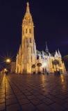 马赛厄斯教会夜视图在布达佩斯 免版税库存照片