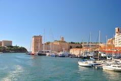 马赛老港口的看法有现代公寓、许多游艇和帆船的 库存照片