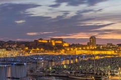 马赛,法国- 2017年10月02日:马赛和堡垒圣徒尼古拉斯旧港口的晚上视图  免版税库存照片