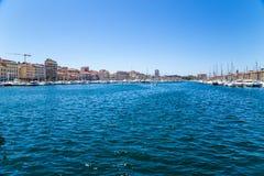 马赛 小船和游艇在停泊旧港口 免版税库存照片