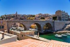 马赛 石桥梁和Vallon des Auffes捕鱼港口  库存照片