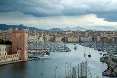 马赛Vieux口岸亦称旧港口从Pharo小山看见的在春天多雨风暴期间 免版税库存图片