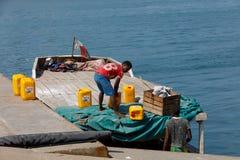 马达加斯加人的人运输从船的货物在口岸香是, Madag 免版税库存图片