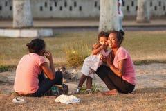 马达加斯加人的秀丽,有休息在公园的孩子的妇女 图库摄影