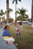 马达加斯加人的秀丽,有休息在公园的孩子的妇女 免版税库存照片