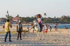 马达加斯加人的秀丽,美丽的女孩在海滩骑马 免版税图库摄影