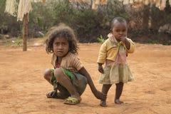 马达加斯加人的年轻姐妹旅行画象 库存照片