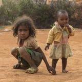 马达加斯加人的年轻姐妹旅行画象 免版税库存照片