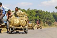 马达加斯加男孩运载一个传统caresa支架 图库摄影
