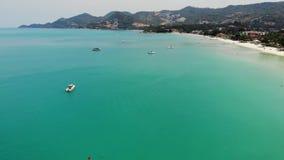 马达游艇在手段的蓝色海 漂浮蓝色海镇静表面上的现代马达游艇在海滩附近在好日子  影视素材