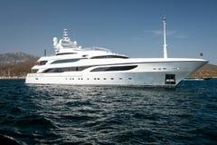 马达游艇在蓝色海 免版税库存照片