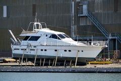 马达游艇在造船厂 库存图片