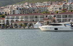 马达游艇在Dinevi小游艇船坞 免版税库存图片