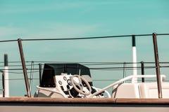 马达航行游艇小船客舱 图库摄影