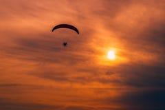 马达滑翔伞- paramotoring 免版税库存照片