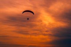 马达滑翔伞- paramotoring 库存图片
