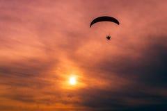 马达滑翔伞- paramotoring 图库摄影