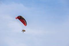 马达滑翔机高在天空 库存图片
