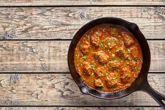 马都拉斯黄油牛肉咖喱印地安辣调味汁辣椒羊羔肉食物用米装饰 免版税图库摄影