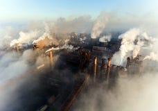 马里乌波尔,乌克兰工业城市,工厂设备和雾烟的在黎明 免版税库存照片