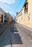 马里亚诺有本机和老电车轨道路轨的光环街道看法  库存图片