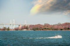 马里兰在切塞皮克湾的船夫小船在海湾桥梁附近 库存照片
