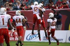 马里兰球员跳高庆祝触地得分 免版税图库摄影