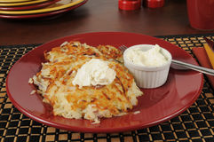 马铃薯饼和酸性稀奶油 免版税库存照片