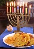 马铃薯饼和menorah 库存照片