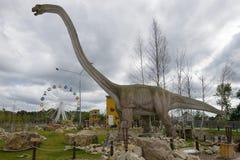 马门溪龙是在儿童的古生物学公园` Yurkin公园`的食草恐龙在多云下午 库存照片
