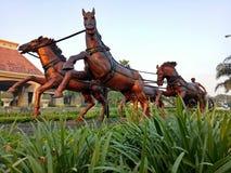马雕象在住宅复合体的一个美丽的公园跑了 免版税库存照片