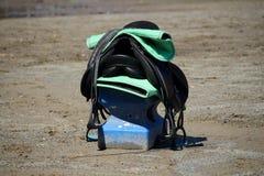 马鞍和在马鞍安置的马地毯在猎物中间折磨 免版税库存照片