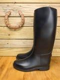 马靴和手套在槽枥 免版税库存照片