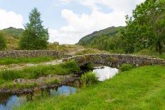 驮马桥梁Watendlath塔恩省湖区Cumbria英国英国 免版税库存图片