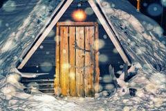 驯鹿农场的Lappish房子冬天拉普兰夜降雪的 库存照片