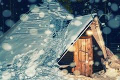 驯鹿农场Lappish房子冬天拉普兰夜降雪的 图库摄影