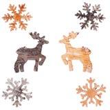驯鹿和雪花被删去白桦树皮 免版税库存照片