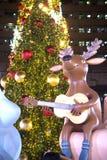 驯鹿在圣诞节和新年庆祝的雕象和圣诞树装饰 免版税图库摄影