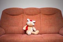 驯鹿在沙发的被充塞的玩具 免版税库存照片