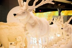 驯鹿雕象和光装饰美好的圣诞树庆祝 免版税库存照片