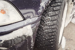 驱动冬天的情况 雪风暴,防滑轮胎 免版税库存照片
