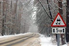 驱动冬天 在一块冰川覆盖的挡风玻璃的雪 免版税库存图片