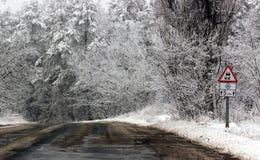 驱动冬天 在一块冰川覆盖的挡风玻璃的雪 库存图片
