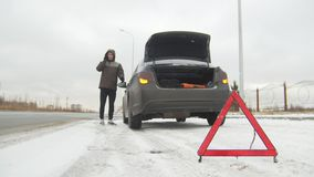 驱动冬天 汽车麻烦 在一条多雪的乡下公路的汽车麻烦 年轻人叫急救工作 股票视频