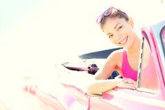 驱动减速火箭的葡萄酒妇女的汽车敞篷车 免版税图库摄影