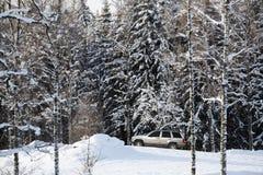 驱动在多雪的危害地形 免版税库存图片