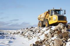 驱动在多雪的岩石码头的卡车 库存照片