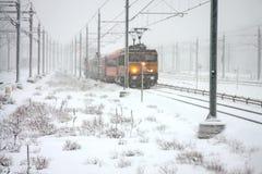 驱动在多雪的阿姆斯特丹荷兰的培训 库存图片