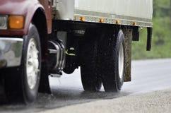 驱动在雨中的卡车 免版税库存图片