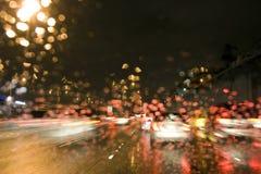 驱动在高速公路的雨中在晚上 库存图片